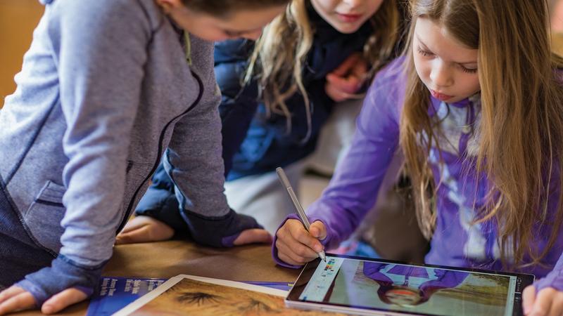 Des etudiants travaillent avec la tablette Microsoft.