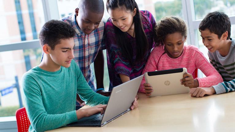 これは、HP のノートパソコンを使用して約10歳の若い childrean の写真です。