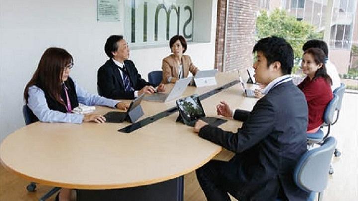 これは、会議を行うビジネスの人々のイメージです                                         .