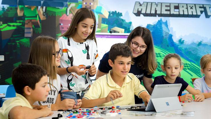 Creemos en el poder y la importancia que juegan los docentes en la sociedad actual y nos gustaría ayudarte a dinamizar tu aula, a crear entornos colaborativos de aprendizaje innovadores y a apostar por explorar herramientas tecnológicas que fomenten un alto grado de autenticidad del aprendizaje.
